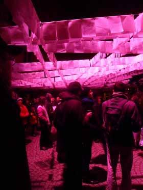 Lettres suspendues dans le cloître de l'Hôtel-Dieu pendant la fête des lumières à Lyon
