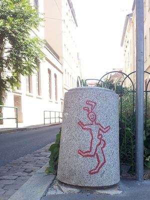 Street-art-Lyon-borne-taguee-lapin