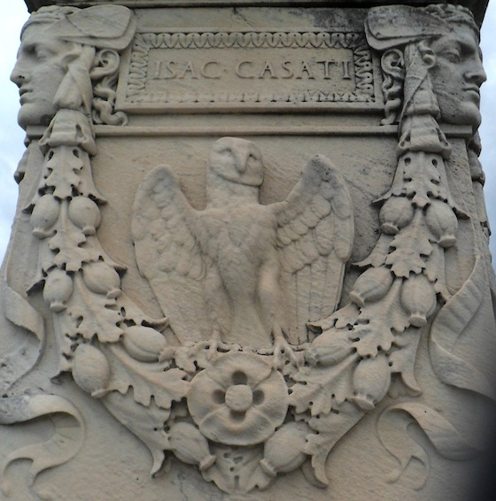 Cimetière de Loyasse, tombe du chocolatier Isac Casati, chouette : augure de la mort et symbole de sagesse