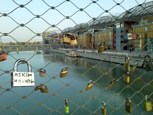 La passerelle sur la Place Nautique avec ses cadenas d'amoureux.