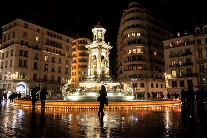 Lumignons place des Jacobins autour de la fontaine en hommage aux 130 victimes du 13 novembre