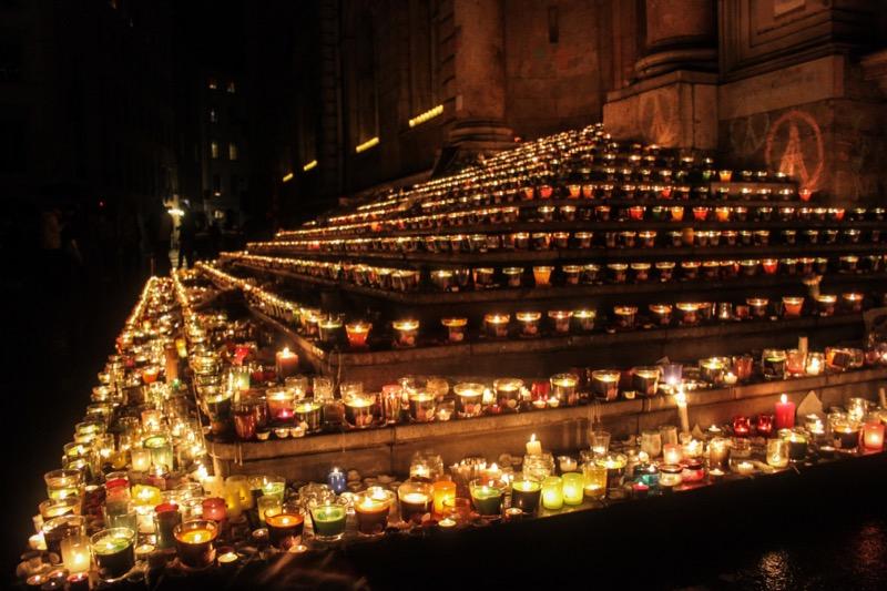 Hommage aux victimes du 13 novembre sur les marches de l'Hôtel de ville