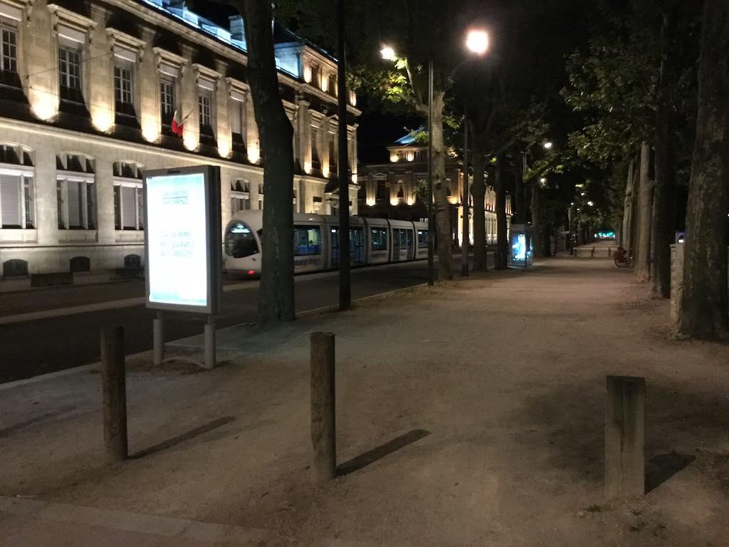 Lyon face aux universités, tramway passant alors que chantent les cigales