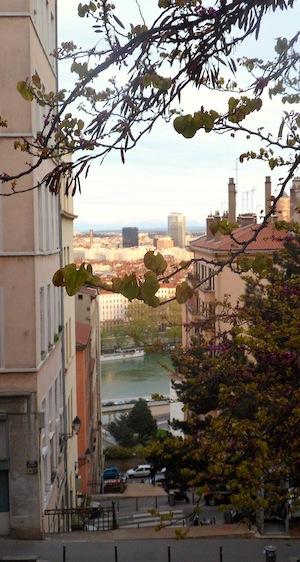 Vue sur le Rhône depuis une traboule au flanc de Croix-Rousse