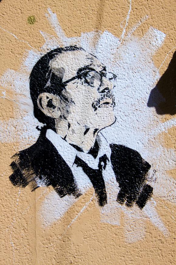 Œuvre de Slow Joe, place Sathonay, sur la façade de la mairie du 1er près du lion de gauche