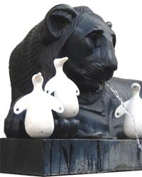 Un des deux lions de la place Sathonay (les canards sont en plus)