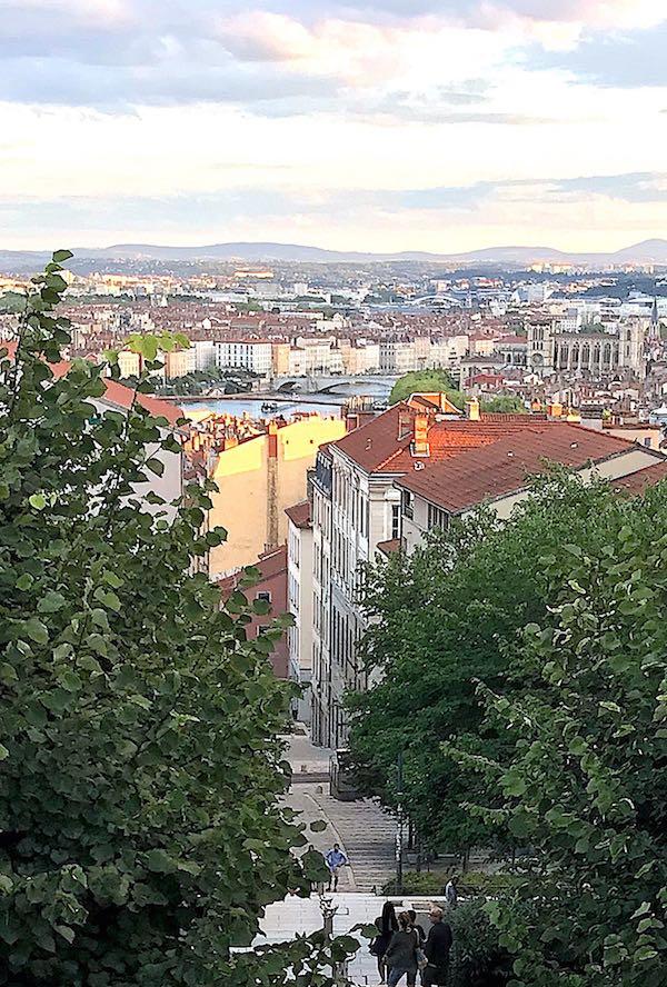 La vue depuis l'esplanade de la Grande-Côte : cathédrale Saint-Jean, hôtel de région, Saône, Feyzin, passerelle du palais de Justice