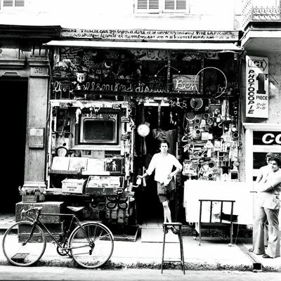 Laboratoire 32, Ben devant son magasin à Nice, ca. 1965 - © Adagp, Paris, 2010