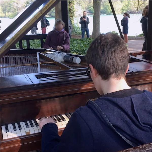 Piano au parc de la tête d'or sur les berges du lac