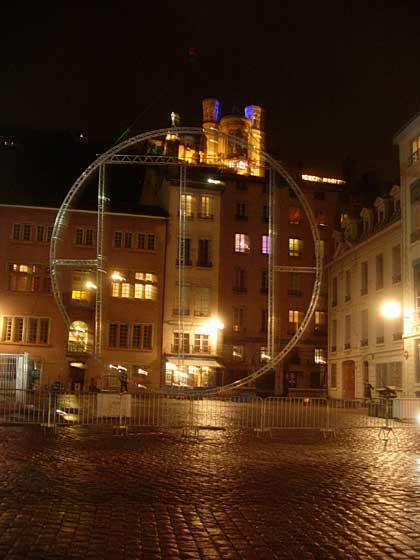 Place Saint-Jean dans le Vieux Lyon devant la cathédrale avec Fourvière en arrière-plan