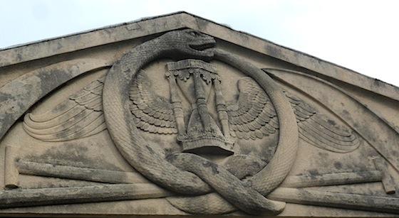 Cimetière de Loyasse, symbolisme, Sablier ailé et serpent qui se mord la queue
