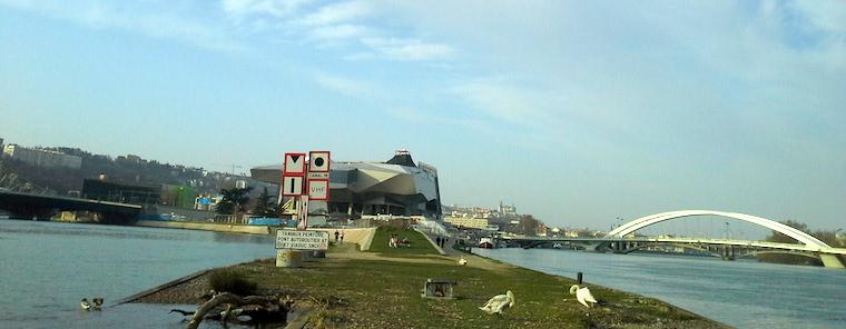 La pointe de la Confluence vue coté sud avec à gauche la Saône et à droite le Rhône, le musée des Confluences est au centre.