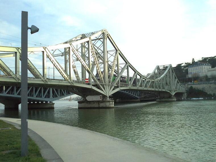 Viaduc ferroviaire de la Quarantaine sur la Saône dans le quartier Confluences — Lyon