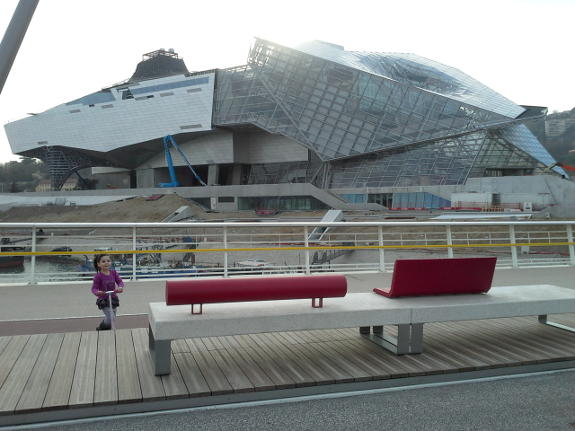 Musée des Confluences depuis la station de tramway T1 du même nom