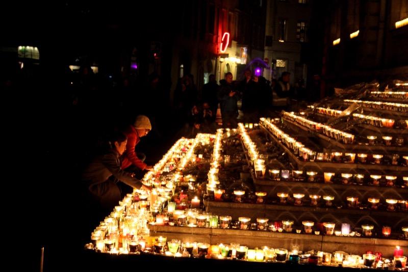 Hommage aux victimes du 13 novembre sur les marches de l'Hôtel de ville de Lyon, le 8 décembre pour la fête des lumières 2015