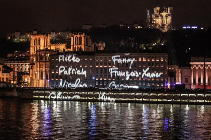 """Les prénoms des 130 victimes ont défilé sur les façades des quais en clôture de chaque projection de """"Regards"""" de Daniel Kniffer. À 22 heures, les cloches de la cathédrale Saint-Jean ont sonné le glas. Parmi les 130, le prénom d'une Lyonnaise, Caroline."""