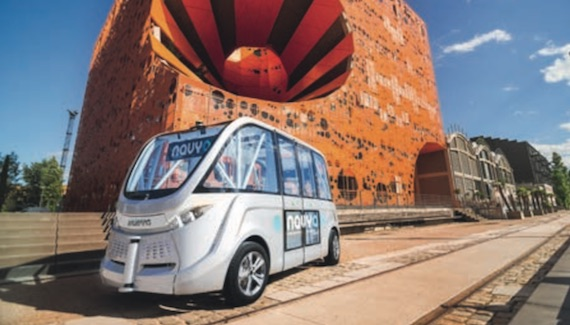 Véhicule automatique sans pilote Navya Arma devant le cube orange, quai Rambaud, quartier Confluence, Lyon