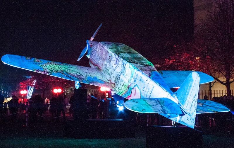 Fête des lumières 2016, place Antonin Poncet, Vols de nuit, création Thierry Chenavaud inspiré de Antoine de Saint-Exupéry