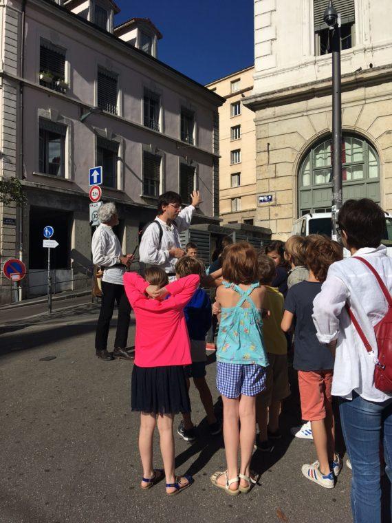 Visite scolaire dans le Vieux Lyon avec notre guide Alexandre et un musicien
