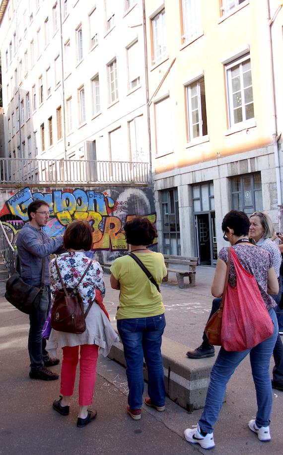 Guide conférencier Lyon visite devant une œuvre street-art  sur les pentes de la Croix-Rousse