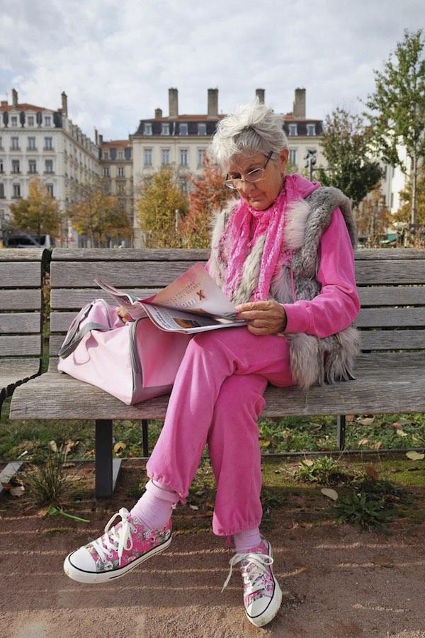 Photo de Bruno Verrier - Femme en rose lisant sur un banc