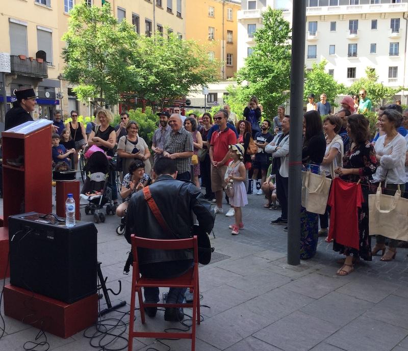 La crieuse publique, place des Tapis, Lyon