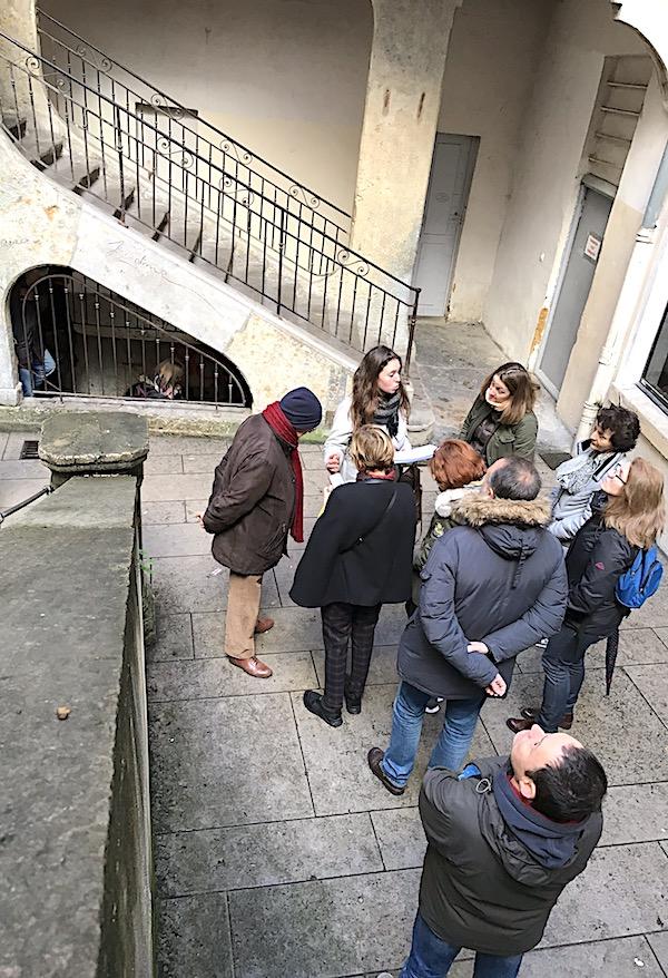 Votre guide Mégane dans la traboule des Voraces, qui a été un des points de départ de la révolution de 1848