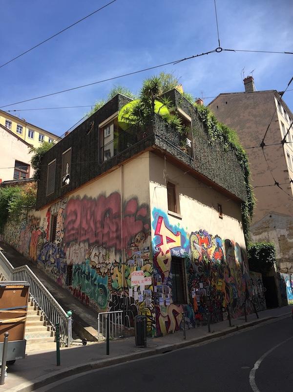 La maison taguée des Pentes, au coin des rues Diderot et Pouteau