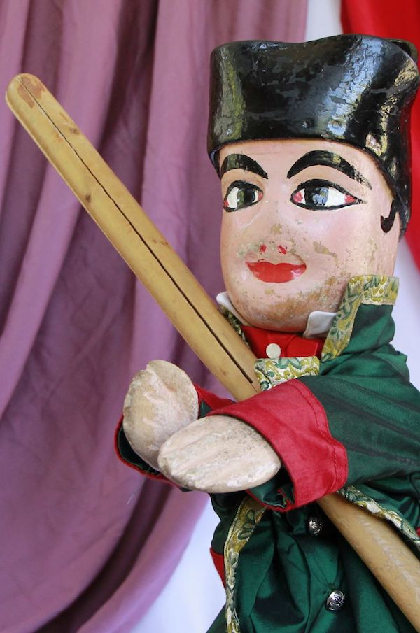 Marionnette centenaire de Guignol du Guignol Guérin, seul Guignol a être vétu de vert —Photo Guignol Guerin Wikimedia CC BY-SA 4.0