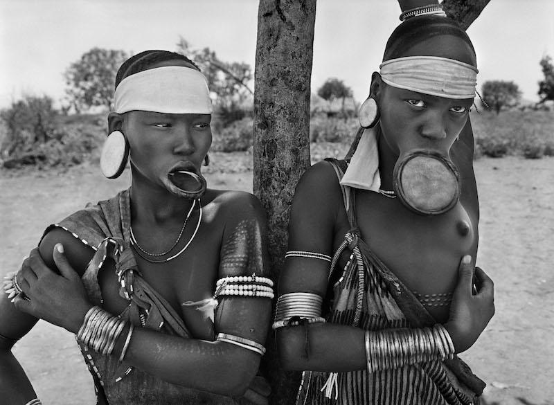Photo Sebastião Salgado — Des Indiens waura pêchenr dans le lac de Piyulaga. État du Mato Grosso. Brésil. 2005.