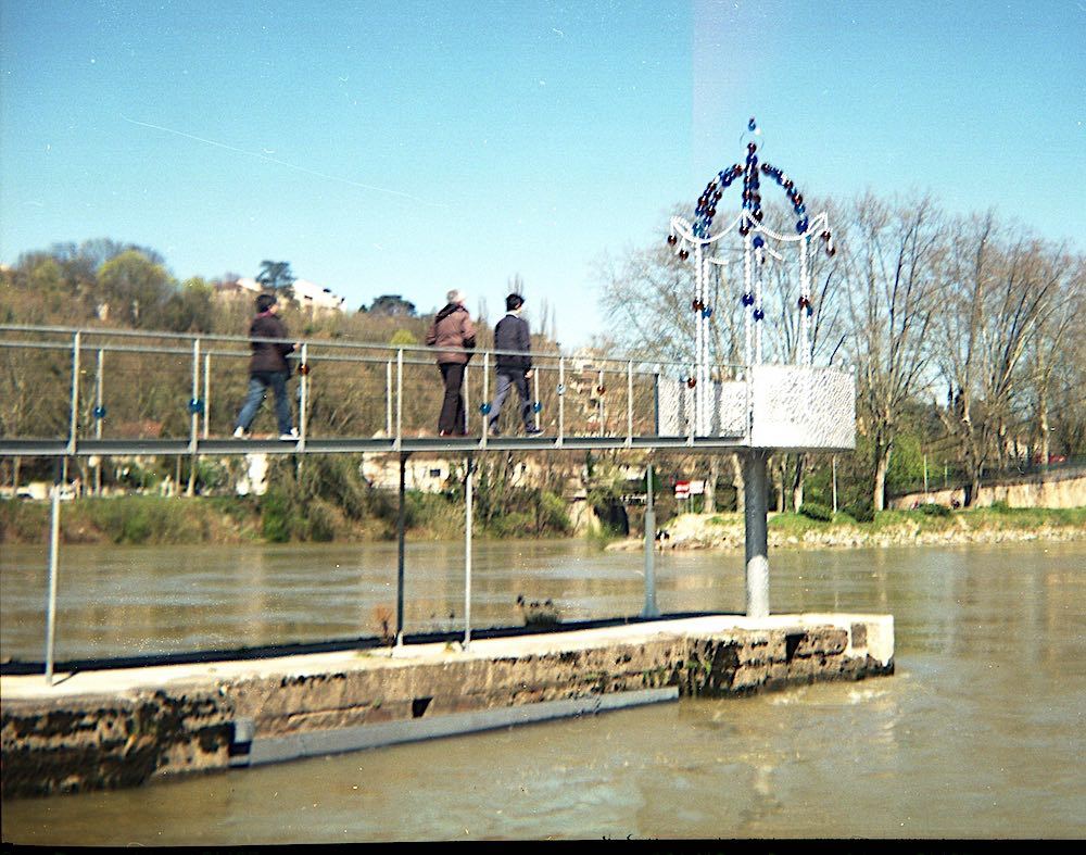 Belvédère de perles de Jean-Michel Othoniel sur la Saône, en aval de l'Île Barbe, photo Gilles Bertin en argentique, Agfa Clak 6x9